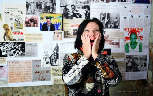 "Оксана Бегма и коллаж со страницами из журнала ""Ура Бум Бум"". Фото: Глеб Садов"